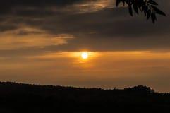 Het opvlammen zonsondergang over berg Royalty-vrije Stock Foto