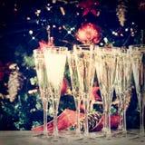 Het opvullen van glazen voor partij Glazen champagne met Christma Royalty-vrije Stock Afbeeldingen