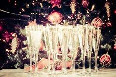 Het opvullen van glazen voor partij Glazen champagne met Christma Stock Afbeeldingen
