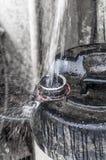 Het opvullen van water in blikken Stock Foto's