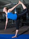 Het opwarmen in een gymnastiek Stock Afbeeldingen