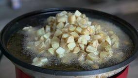 Het opwarmen potatoe in pan stock videobeelden