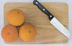 Het oranje fruit wordt geplaatst op een houten vloer met een mooie messen hoogste mening stock fotografie
