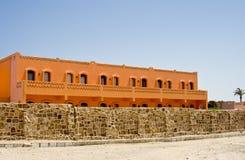 Het oranje hotel van Nice in Egypte met duidelijke hemel en muur Stock Afbeelding