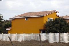 Het oranje huis op het recht Stock Foto's