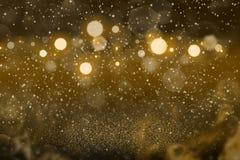 Het oranje leuke glanzen schittert lichten defocused bokeh abstracte achtergrond met vonkenvlieg, feestmodeltextuur met spatie royalty-vrije stock afbeelding