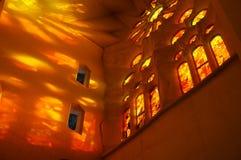 Het oranje Licht van het Gebrandschilderd glasvenster stock foto