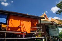 Het oranje monnikskleren drogen Royalty-vrije Stock Afbeeldingen