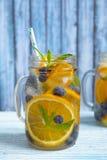 Het oranje Water van Bosbessendetox Stock Foto