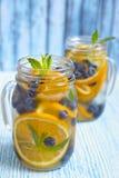 Het oranje Water van Bosbessendetox Stock Foto's