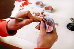 Het in orde maken met de grondplaten van de scalpelschellak over het pleistermodel Stock Afbeelding