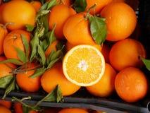 Het organische blad van de sinaasappelenmarkt Stock Fotografie