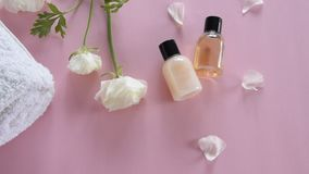 Het organische product van de huidzorg en gevoelige bloemen op roze achtergrond Gezonde cosmetischee producten stock video