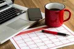 Het organiseren van maandelijkse activiteiten in de kalender stock afbeeldingen