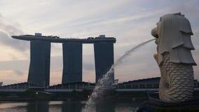 Het oriëntatiepunt Merlion van Singapore stock footage
