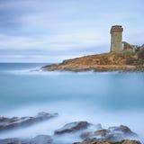 Het oriëntatiepunt van de Toren van Calafuria op klippenrots en overzees. Toscanië, Italië. Lange blootstellingsfotografie. Stock Foto