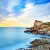 Het oriëntatiepunt van het Boccalekasteel op klippenrots en overzees Toscanië, Italië L royalty-vrije stock fotografie