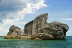 Het oriëntatiepunt van het eiland belitung Indonesië van de vogel stock afbeeldingen