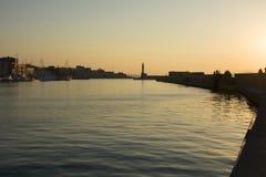 Het oriëntatiepunt van Kreta Venetiaanse Haven en vuurtoren van de Oude Stad van Chania Het Eiland van Kreta Griekenland royalty-vrije stock foto's