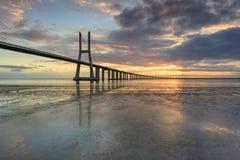 Het oriëntatiepunt van Lissabon Vasco da Gama Bridge-landschap bij zonsopgang stock fotografie