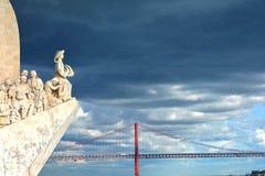 Het oriëntatiepunt van Padraodos Descobrimentos met 25 DE Abril Bridge Royalty-vrije Stock Foto's