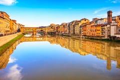 Het oriëntatiepunt van Pontevecchio, oude brug, Arno-rivier in Florence Tusc Stock Foto's