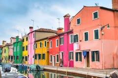 Het oriëntatiepunt van Venetië, Burano-eiland, Italië, kleurrijke huizen en boten royalty-vrije stock afbeeldingen