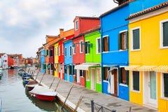 Het oriëntatiepunt van Venetië, Burano-eiland, Italië, kleurrijke huizen en boten stock afbeeldingen