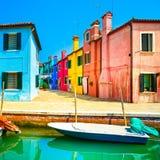 Het oriëntatiepunt van Venetië, Burano-eilandkanaal, kleurrijke huizen en boot, Royalty-vrije Stock Afbeelding