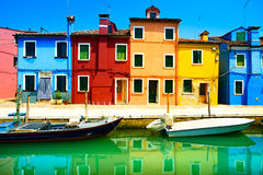 Het oriëntatiepunt van Venetië, Burano-eilandkanaal, kleurrijke huizen en boten, stock afbeeldingen