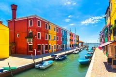 Het oriëntatiepunt van Venetië, Burano-eilandkanaal, kleurrijke huizen en boten, royalty-vrije stock afbeeldingen