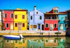 Het oriëntatiepunt van Venetië, Burano-eilandkanaal, kleurrijke huizen en boten, Italië stock fotografie
