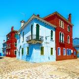 Het oriëntatiepunt van Venetië, Burano-eilandstraat, kleurrijke huizen, Italië Stock Foto's