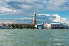 Het oriëntatiepunt van Venetië, mening van overzees van Piazza San Marco of st Tekenvierkant, Campanile en Ducale of Dogepaleis royalty-vrije stock afbeelding