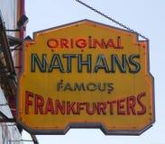 Het originele het restaurantteken van Nathan s Stock Afbeelding