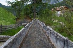 Het originele houten kanaal van het irrigatiewater van een molen in Italië Stock Afbeeldingen