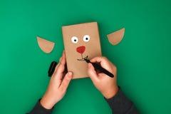 Het originele ontwerp van een Kerstmisgift van ambachtdocument in de vorm van een hert op een groene achtergrond Stap voor stap o royalty-vrije stock fotografie