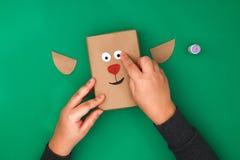 Het originele ontwerp van een Kerstmisgift van ambachtdocument in de vorm van een hert op een groene achtergrond Stap voor stap o stock foto's