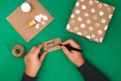 Het originele ontwerp van een Kerstmisgift van ambachtdocument, witte verf, een zegel van aardappels Stap voor stap op de foto Me royalty-vrije stock afbeeldingen