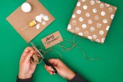 Het originele ontwerp van een Kerstmisgift van ambachtdocument, witte verf, een zegel van aardappels Stap voor stap op de foto Me stock afbeelding