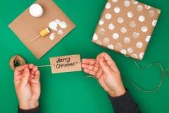 Het originele ontwerp van een Kerstmisgift van ambachtdocument, witte verf, een zegel van aardappels Stap voor stap op de foto Me stock foto