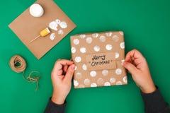 Het originele ontwerp van een Kerstmisgift van ambachtdocument, witte verf, een zegel van aardappels Stap voor stap op de foto Me stock afbeeldingen