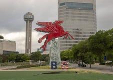 Het originele rode die Pegasus-paard, op een roterende olieboortoren wordt hersteld en wordt geplaatst, Dallas, Texas Royalty-vrije Stock Foto