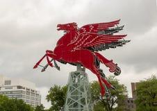 Het originele rode die Pegasus-paard, op een roterende olieboortoren wordt hersteld en wordt geplaatst, Dallas, Texas Royalty-vrije Stock Afbeelding