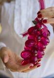 Het ornament van de holdingsKerstmis van de vrouw stock afbeelding