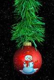 Het ornament van de Kerstmissneeuwman met groene slinger Stock Foto's