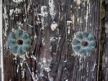 Het ornament van de metaalbloem op oude houten deur royalty-vrije stock foto's
