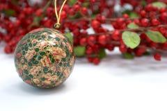 Het ornament van Kerstmis en hulstkroon Stock Foto's