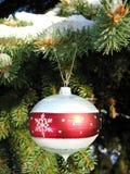 Het ornament van Kerstmis op spar 1 royalty-vrije stock afbeeldingen