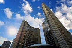 Het Oud Stadhuis en Nathan Phillips Square van Toronto bij zonsondergang royalty-vrije stock fotografie